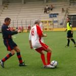 Natale Bonsignore alla difesa del pallone da un avversario.