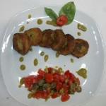 Frittelle di zucchine con pomodorini di Pachino, capperi Salina e salsina al pesto di pistacchio